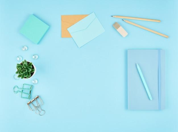 Blauw bureaublad op kantoor. bovenaanzicht van moderne lichte tafel kantoorbenodigdheden. , kopie