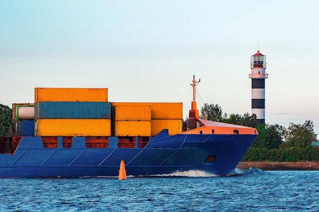 Blauw containerschip. wereldwijde logistiek en goederenoverdracht