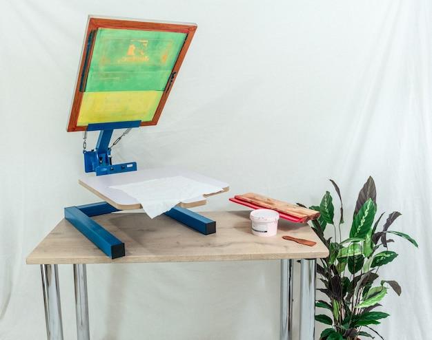 Blauw en bruin houten schilderij frame op bruin houten tafel