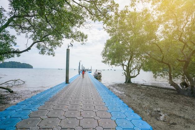 Blauw en grijs van kunststof ponton drijvend in de zee