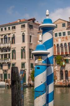 Blauw en wit gekleurde paal in venetië, een symbool van venetië