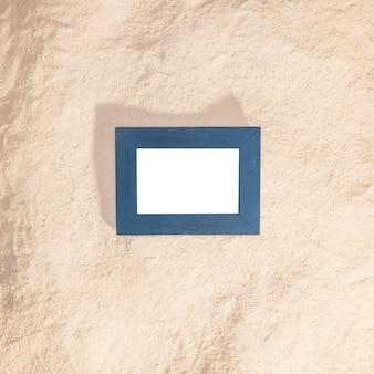 Blauw fotoframe op strand