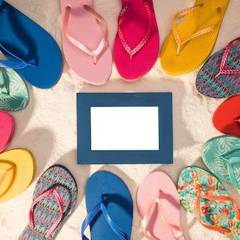 Blauw fotolijstje omringd door flip-flops