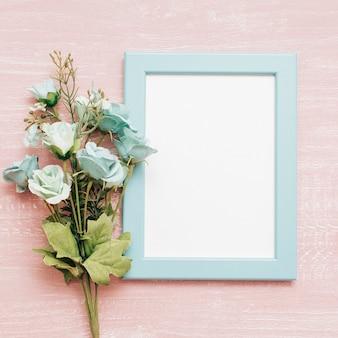 Blauw frame met boeket van pioenrozen