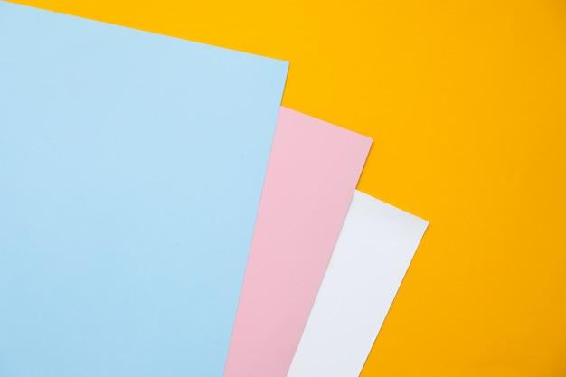 Blauw, geel en roze pastel kleur papier geometrische plat lag