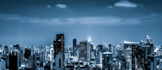 Blauw gefilterd stadsgezicht en hoogbouw in het stadscentrum van de metropool