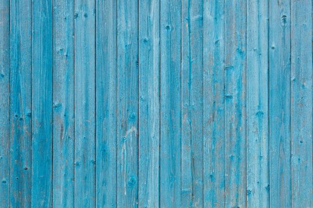 Blauw gekleurde rotte verticale planken