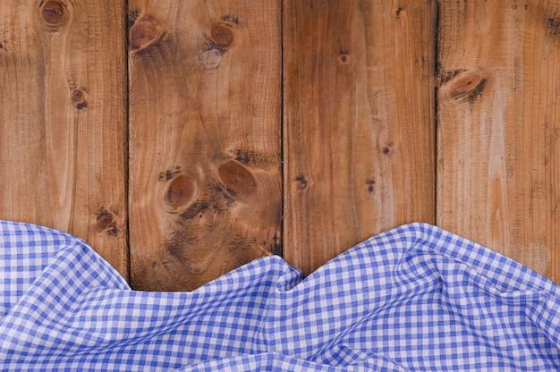 Blauw geruit keukentafelkleed op rustieke houten lijst