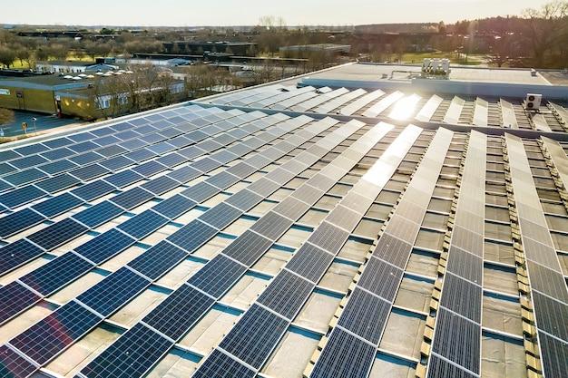 Blauw glanzend fotovoltaïsch zonnepaneelsysteem op zonne-energie