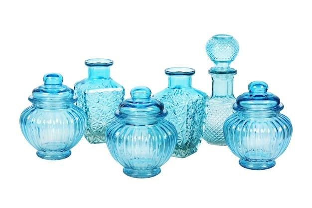 Blauw glaswerk dat met patroon op wit wordt geïsoleerd