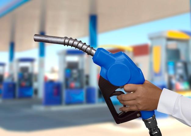 Blauw handgatmondstuk bij benzinestation