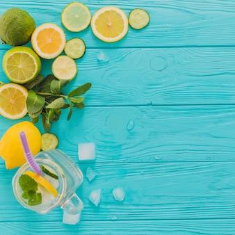Blauw houten oppervlak met citroenen en limoenen