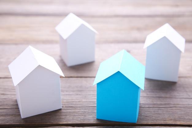 Blauw huis tussen de witte huizen voor onroerend goed industrie