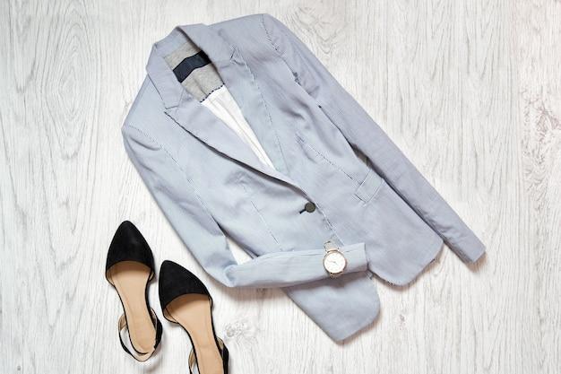 Blauw jasje, horloge en zwarte schoenen. mode collage