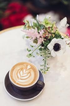 Blauw keramiek theekopje met latte