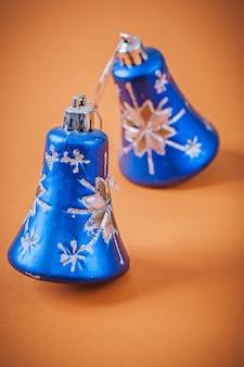 Blauw kerstmisspeelgoed op bruine achtergrond