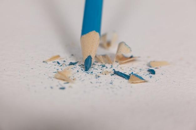Blauw kleurpotlood met gebroken uiteinde