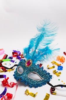 Blauw masker op confetti