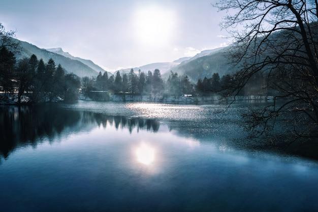 Blauw meer met mist en waterbezinning bij bergachtergrond. kaukasus, kabardino-balkarië, rusland