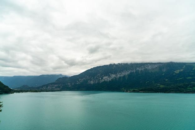 Blauw meer met wolkenachtergrond