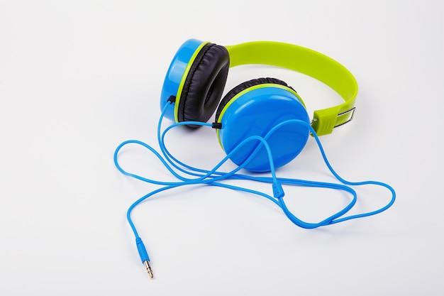 Blauw met groene koptelefoon op een witte achtergrond