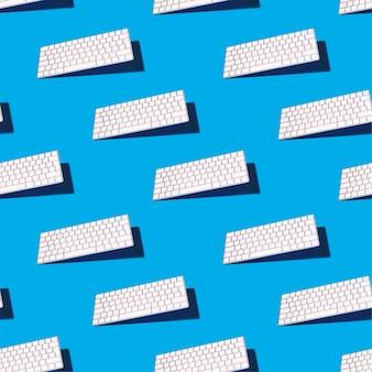 Blauw naadloos patroon met een toetsenbord van het moderne computer in evenwicht brengen