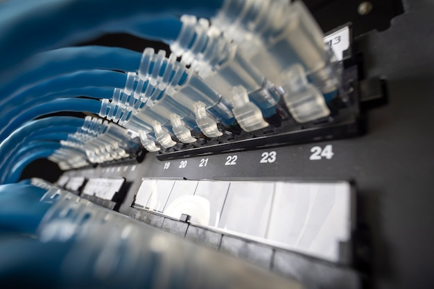 Blauw netwerkkabelsysteem in netwerkrek