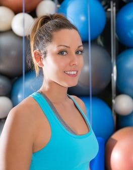 Blauw ogen mooi meisje die bij gymnastiekportret glimlachen