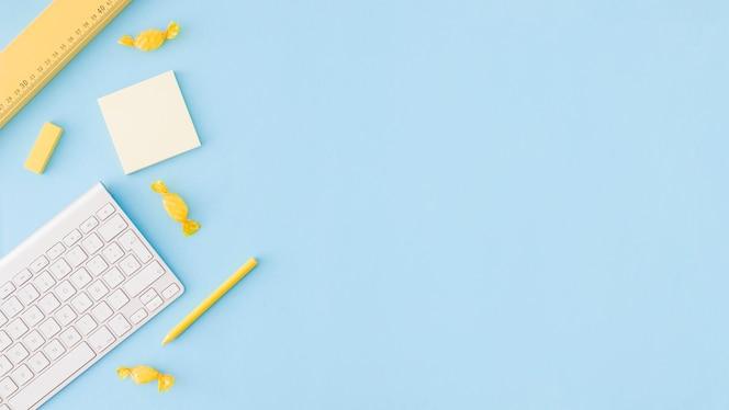 Blauw oppervlak met studiegereedschappen