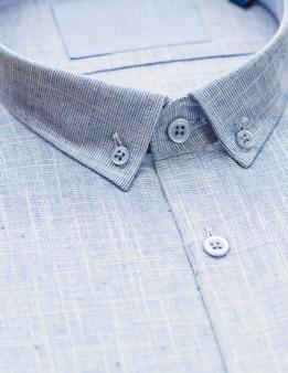 Blauw overhemd met focus op kraag en knoop, close-up