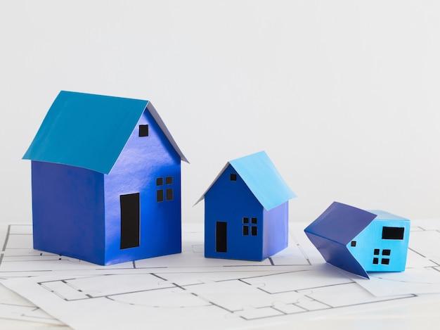 Blauw papier huizen op houten tafel