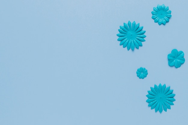 Blauw patroon van bloemknipsel op duidelijke oppervlakte
