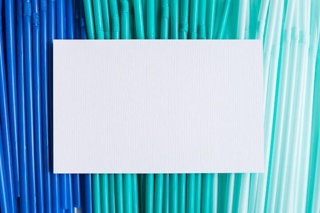 Blauw plastic strooit