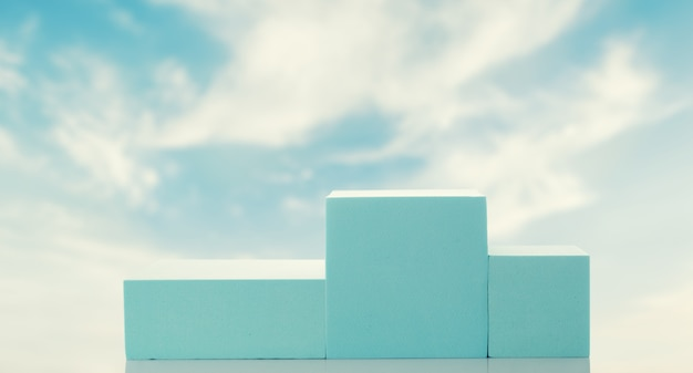 Blauw podium tegen de hemel