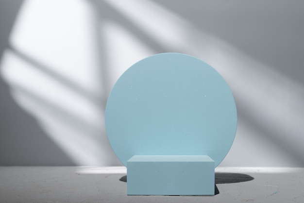 Blauw podium voor productpresentatie