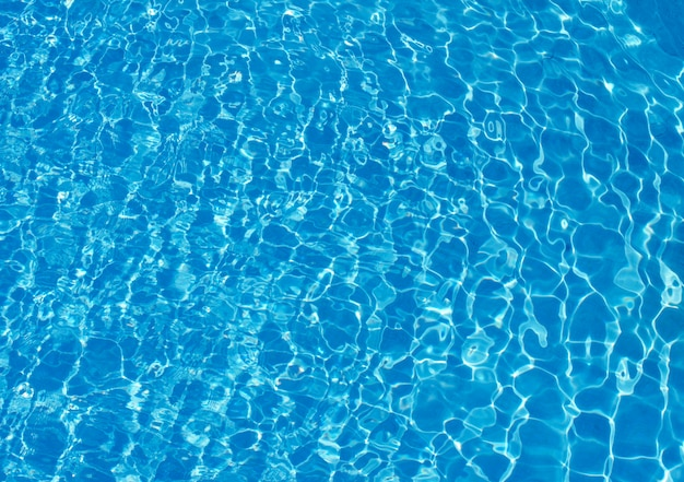 Blauw poolwater met zonbezinningen