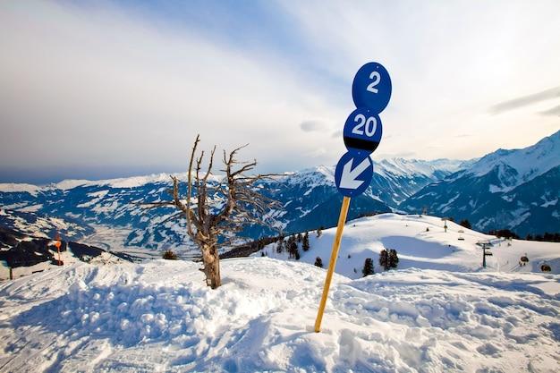 Blauw routeteken op het skigebied in de bergen van de alpen in mayerhofen, oostenrijk