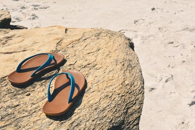 Blauw sandelhout op steen achtergrondconceptenreis naar het strand