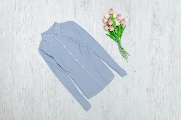 Blauw shirt en boeket tulpen. modieus concept