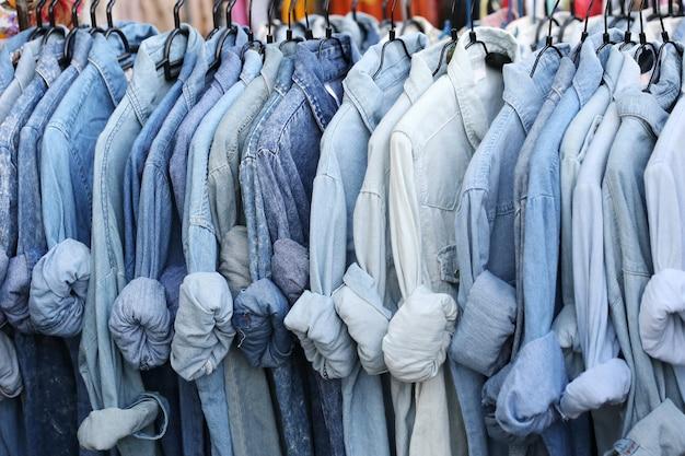 Blauw shirt winkel