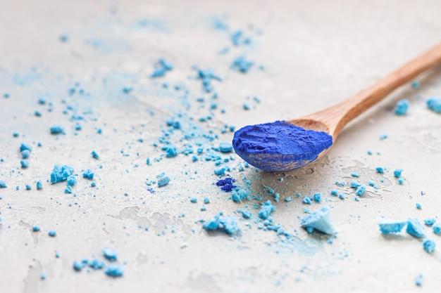 Blauw spirulina (phycocyanin) poeder en verkruimelde meringue