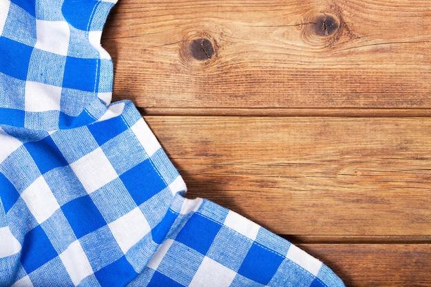 Blauw tafelkleed op oude houten tafel, bovenaanzicht