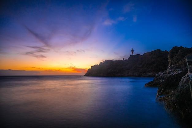 Blauw uur bij de vuurtoren van punta de teno op het eiland tenerife, canarische eilanden. spanje