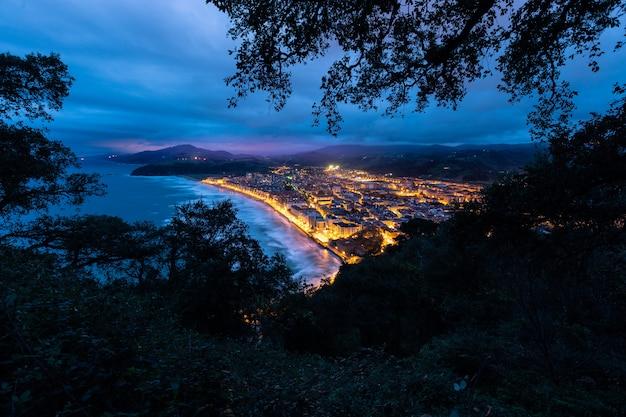 Blauw uur over zarautz, baskenland.