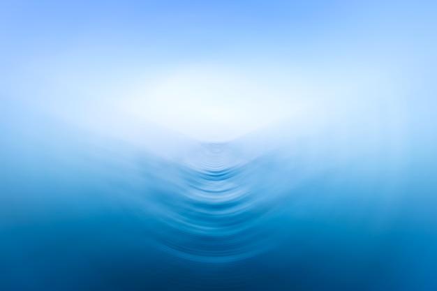 Blauw van de overzeese van golvenoppervlakte abstract patroon als achtergrond