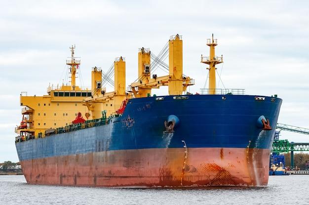 Blauw vrachtschip dat de haven van riga, europa binnengaat