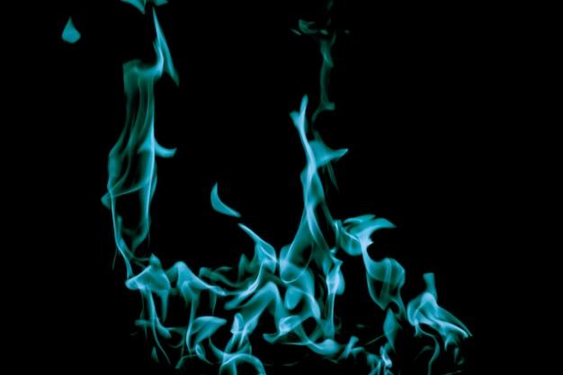 Blauw vuur branden op zwart