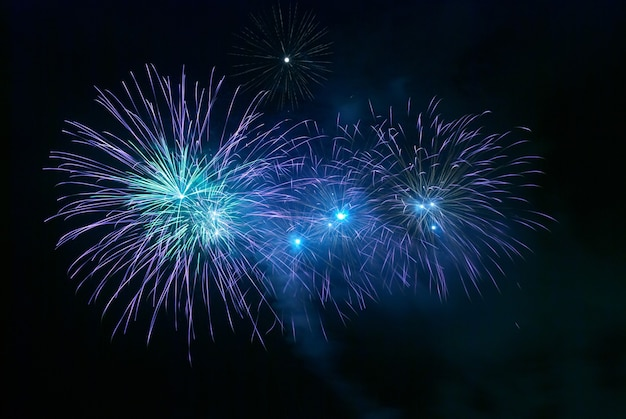 Blauw vuurwerk op de zwarte hemelachtergrond