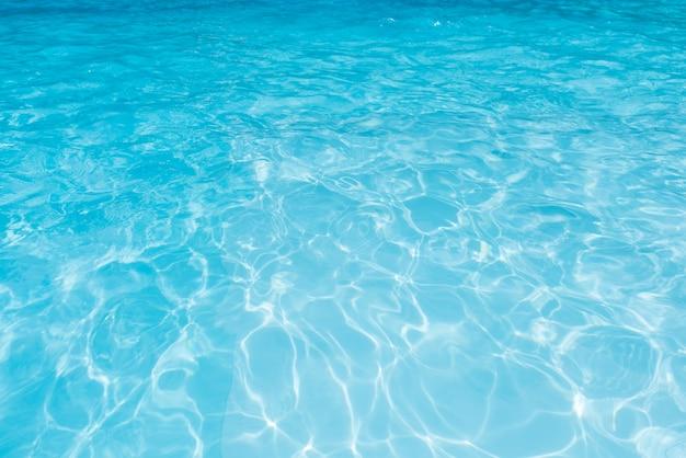 Blauw water in zwembad voor achtergrond en samenvatting