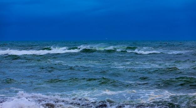 Blauw water met golven.